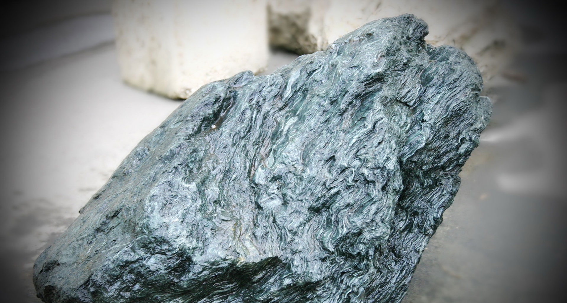 Обломок камня с месторождения талькомагнезита